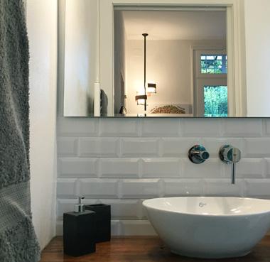 La camera ha un bagno privato, curato nei dettagli, con tutti i confort.