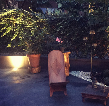La possibilità di stare in giardino e riposare in uno spazio privato di pace e tranquillità.